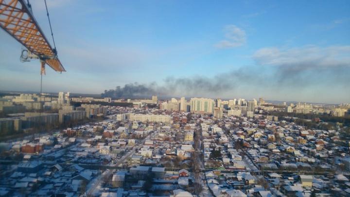 Видно даже из центра Екатеринбурга: утром в понедельник на Широкой Речке случился сильный пожар