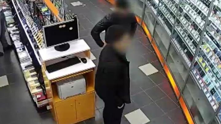 Витрины били ногами: в Перми поймали парней из Екатеринбурга, грабивших салоны сотовой связи