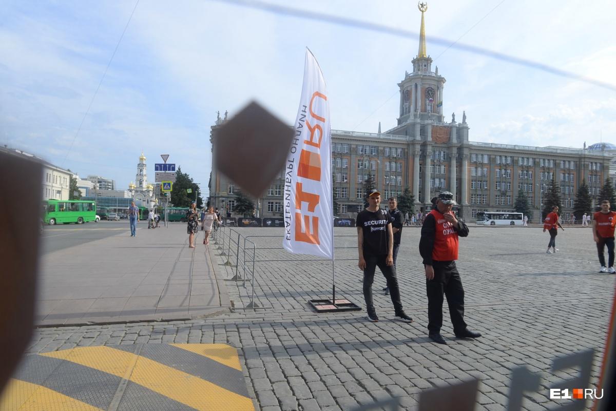 Десятки ретроавто финишировали на площади 1905 года: онлайн-трансляция с ретроралли