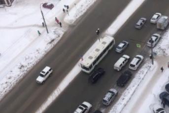 В Новосибирске водитель автобуса проехался по встречной полосе — это попало на видео