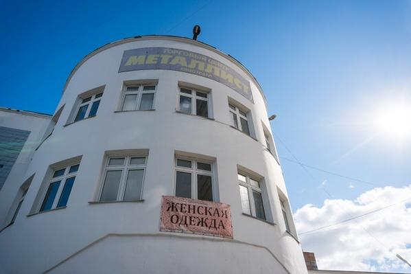 Здание «Металлиста» на улице Римского-Корсакова больше года стоит разломанным — его начали разрушать, но потом снос остановили