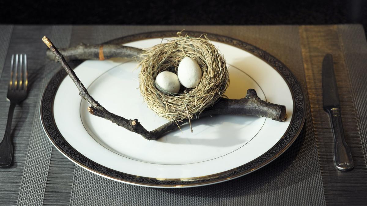 Блюда, которые готовит Игорь, выглядят как произведения искусства. Под тонкой «яичной скорлупой» из какао-масла с сахарной пудрой прячется пламенное сердце из клюквенного пюре и водки