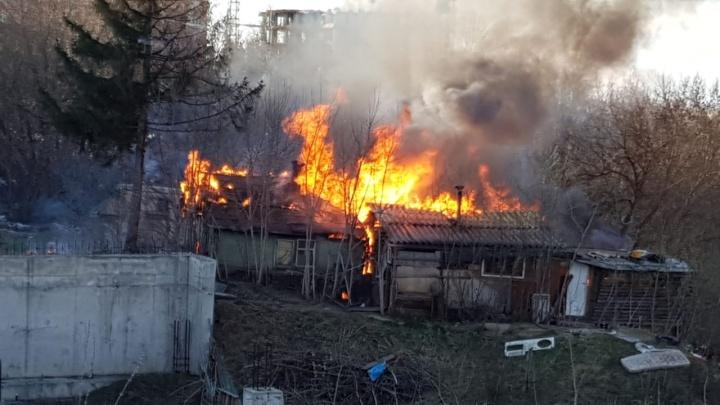 В Горском микрорайоне рядом со стройкой горит частный дом