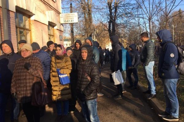 В Ярославле у наркологички люди стояли по нескольку часов, а медики работали до позднего вечера