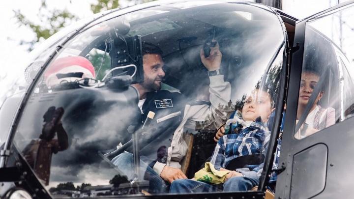 Мальчику с тяжелой болезнью подарили полет на вертолете над Красноярском и коробку эскимо