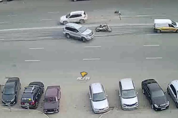 В мотосообществе обвиняют водителя кроссовера, который перестраивался, не глядя в зеркала
