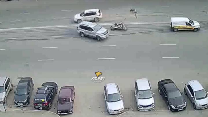 Мотоциклист на скорости врезался в кроссовер на Челюскинцев