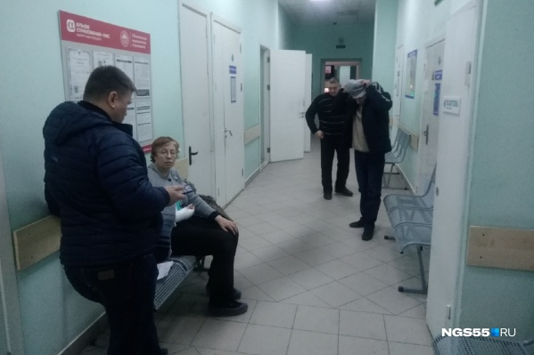 В отделении приёма врача ожидало четыре пациента с различными травмами