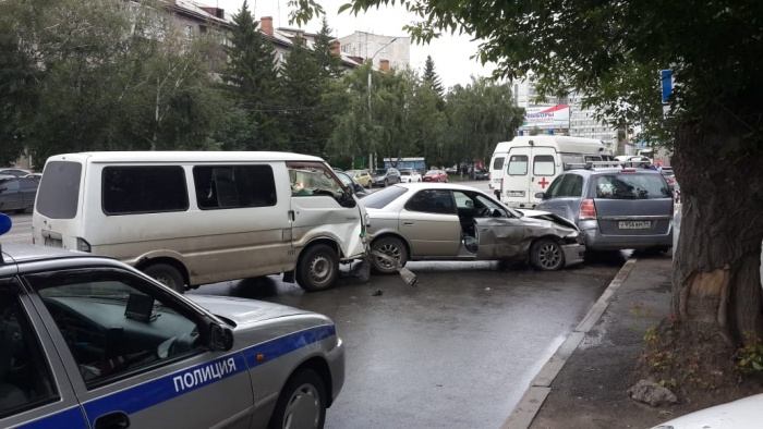 На месте аварии работают полицейские и врачи