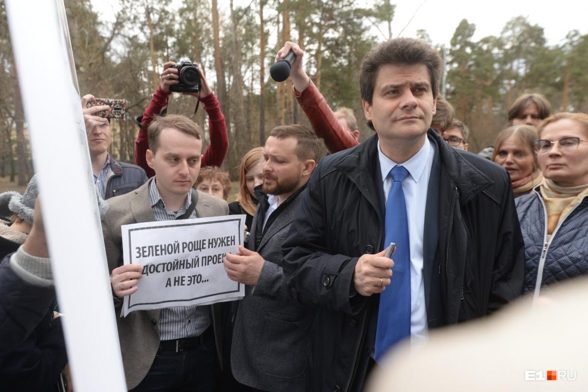 Эта фотография лучше всего характеризует процесс общения мэра Высокинского и общественника Злоказова (с плакатом)