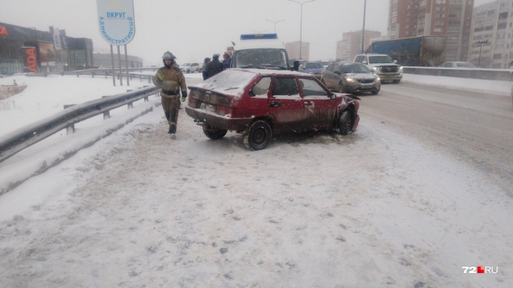«Девятка» виляла и влетела в отбойник: очень пьяный водитель устроил аварию на тюменской объездной