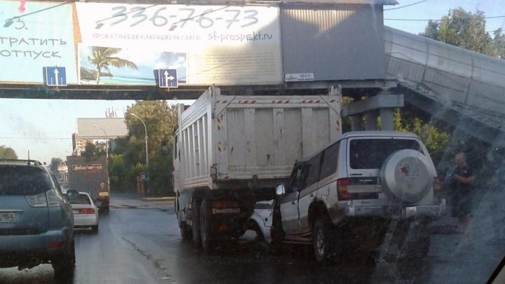 На Большевичке внедорожник покорёжило после встречи с грузовиком
