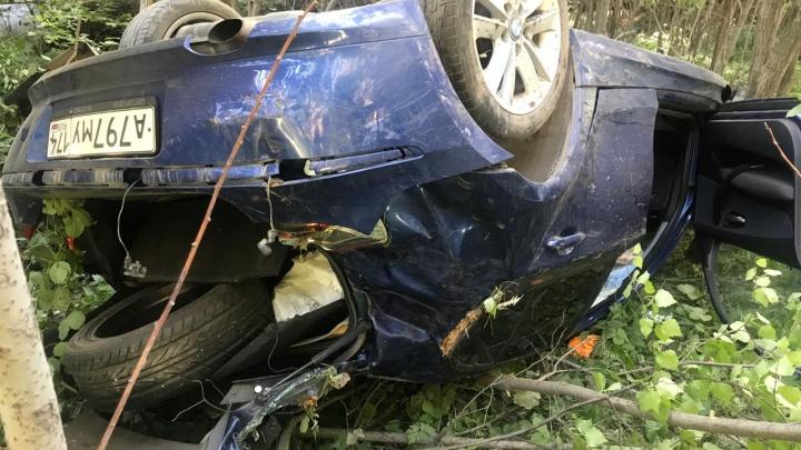 Под Екатеринбургом BMW вылетел с дороги и перевернулся на крышу. Иномарку подрезали во время обгона