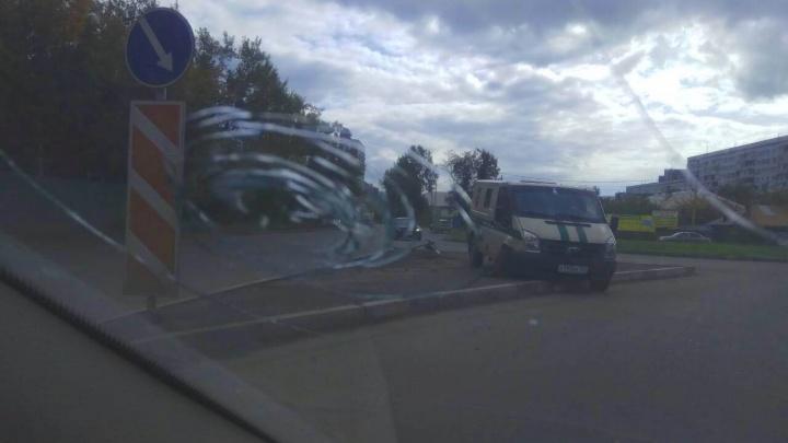 Инкассаторская машина вылетела на обочину и снесла знак после ДТП с таксистом