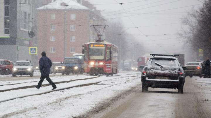 «Пришла пора менять резину на авто»: на центр России обрушатся холод и снегопады