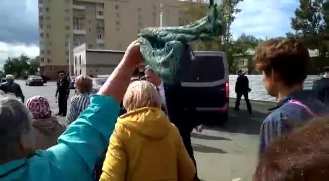 «До свидания!»: жители Оби машут платками кортежу Путина