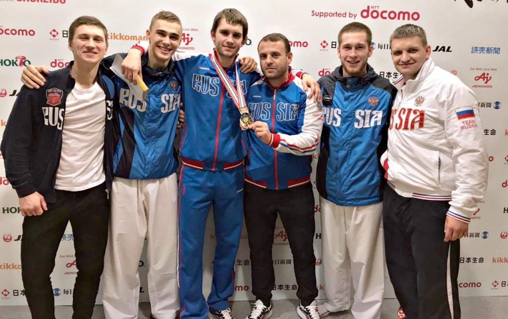 Александр Щербань и его тренерИслам Эльдарушев (в центре)