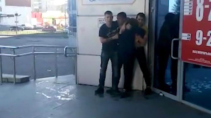 В Верхней Пышме мужчина угрожал посетителям и сотрудникам торгового центра игрушечным пистолетом