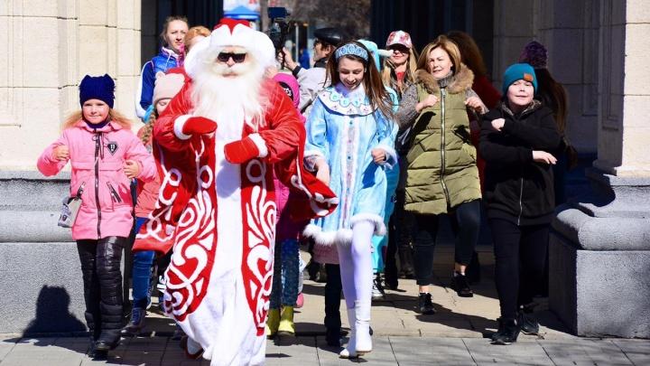 Видео: Дед Мороз, Снегурочка и единороги станцевали под вирусную песню у оперного театра