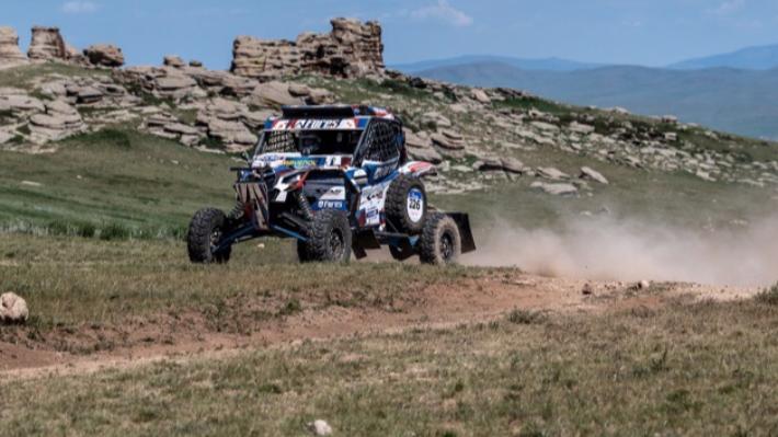 «Нам повезло»: гонщик Сергей Карякин удержал лидерство после пятого этапа «Шелкового пути»