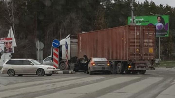 Машина из каршеринга попала в аварию с фурой на Бердском шоссе