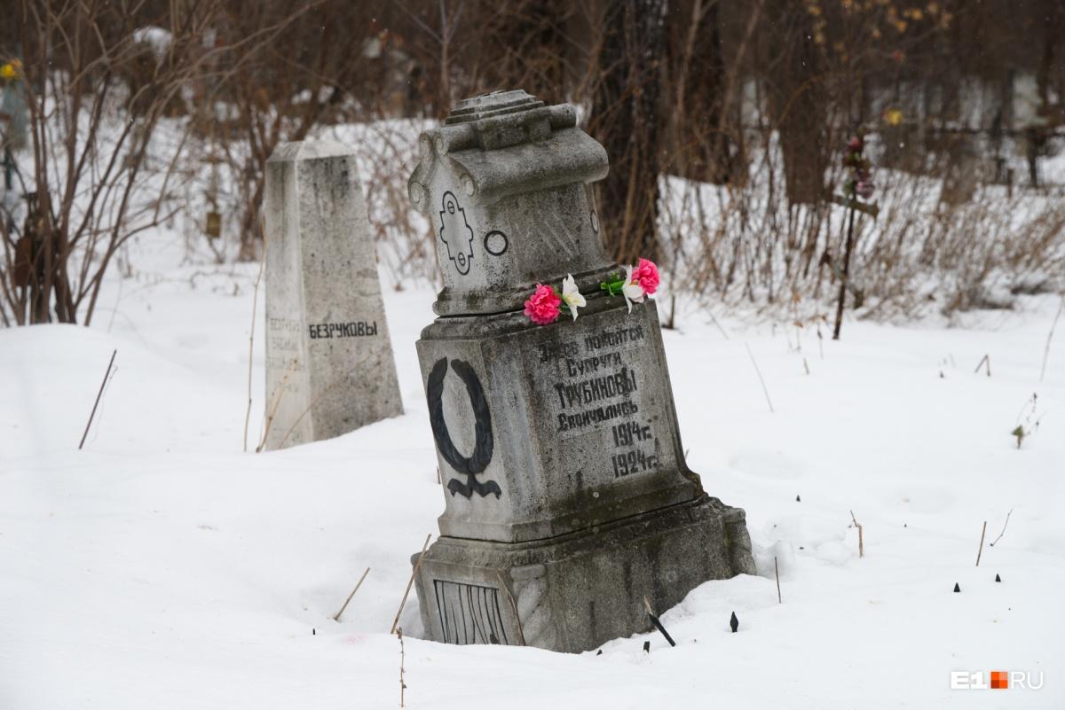 Старинные надгробия соседствуют с более современными