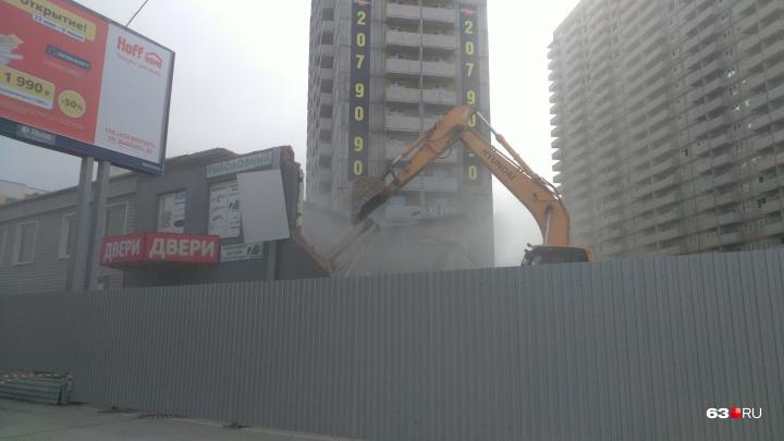 На Авроре сносят здание с магазинами ради строительства парковки