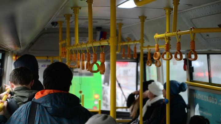 В Екатеринбурге ребенка высадили из автобуса вечером в частном секторе из-за непрошедшей оплаты