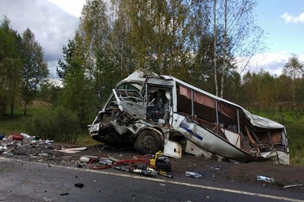 От удара автобус снесло на обочину