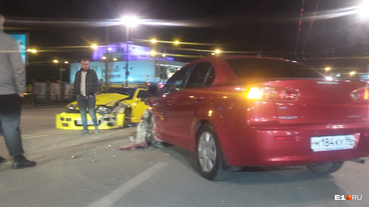 В центре Екатеринбурга столкнулись Nissan Fairlady Z, Mitsubishi Lancer и Mazda 3