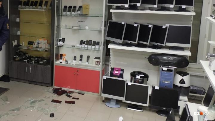 Разгромили весь магазин: камера наблюдения сняла, как в Пионерском обчистили комиссионку