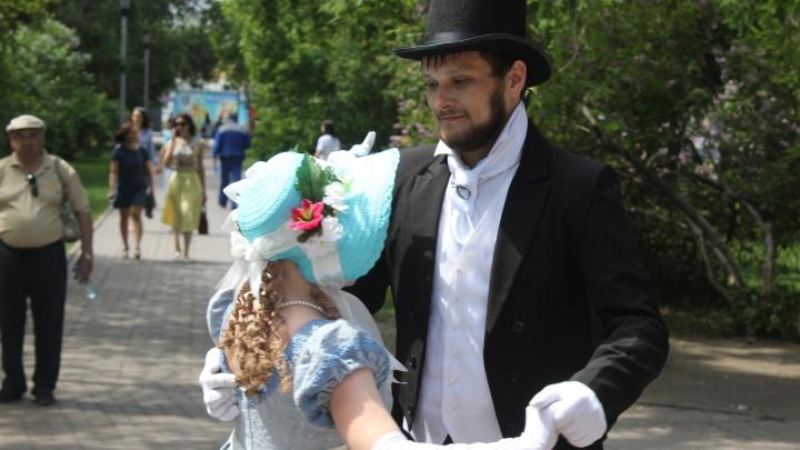 Первомайский сквер заполнили люди в одежде XIX века и фигуры без голов