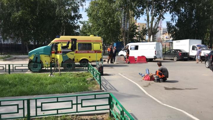 На Муравленко водитель катка наехал на ногу своему начальнику: пострадавшего увезли в больницу