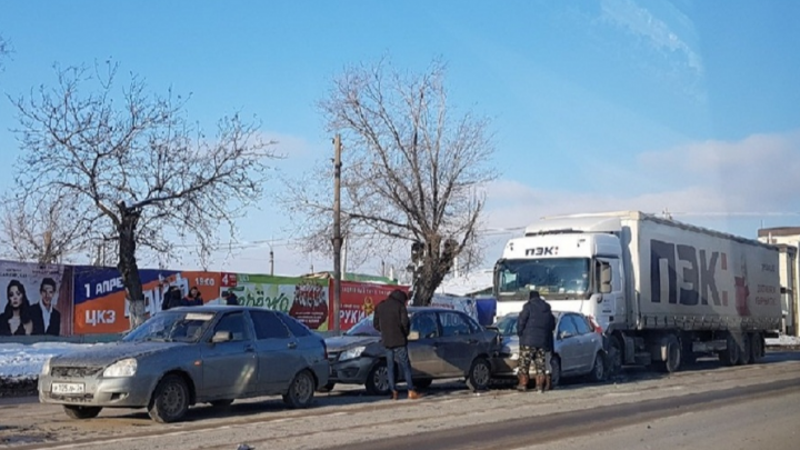 В Волгограде фура устроила «паровозик» из четырёх машин