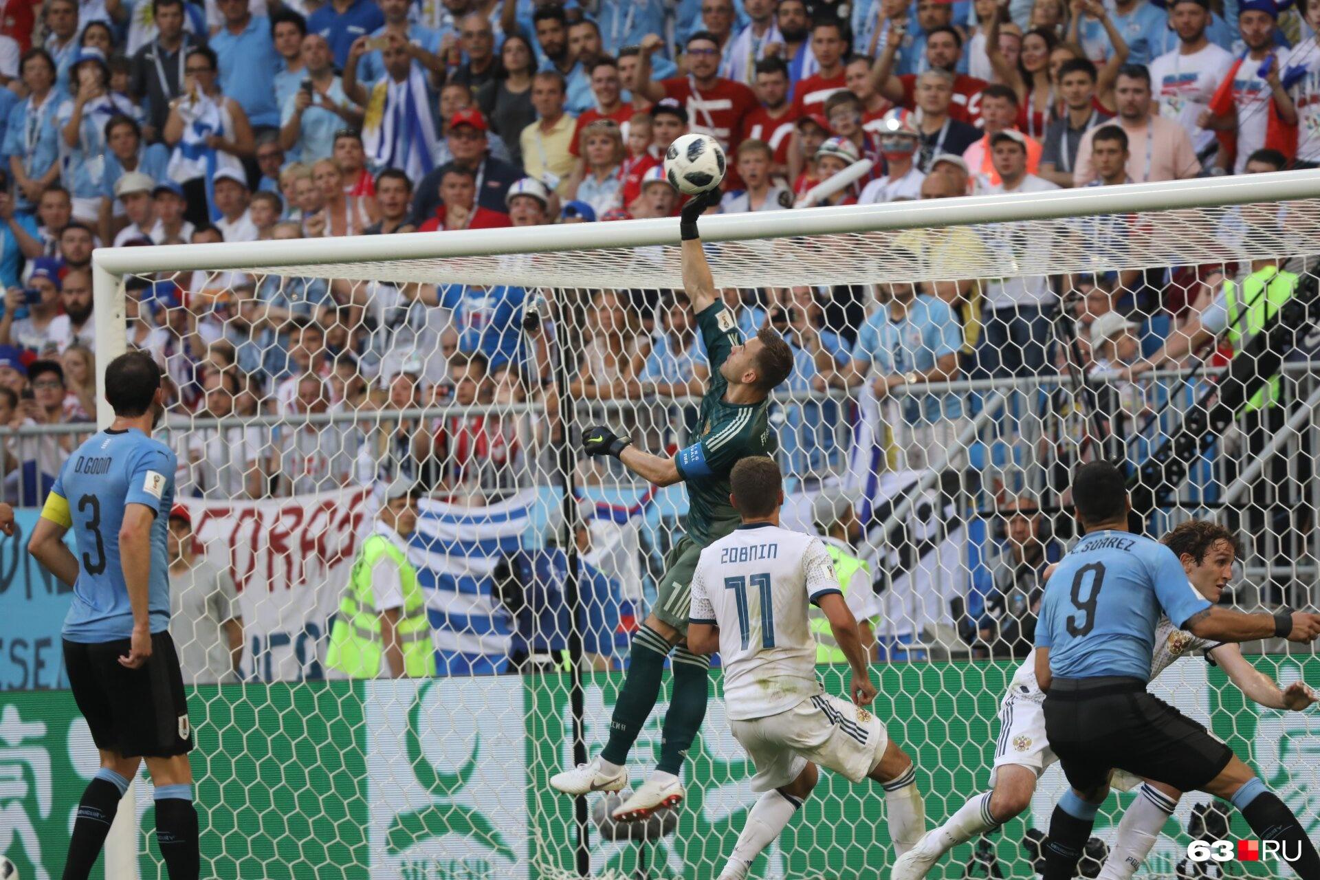 Игорь Акинфеев брал невероятные мячи, но атак уругвайцев было слишком много