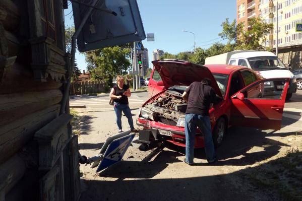 Сбитый светофор стоял у дома №15 на улице Достоевского
