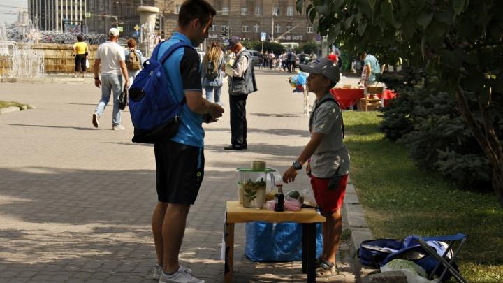 На LEGO не хватает: 10-летний Саша из Якутска торгует лимонадом в центре Новосибирска