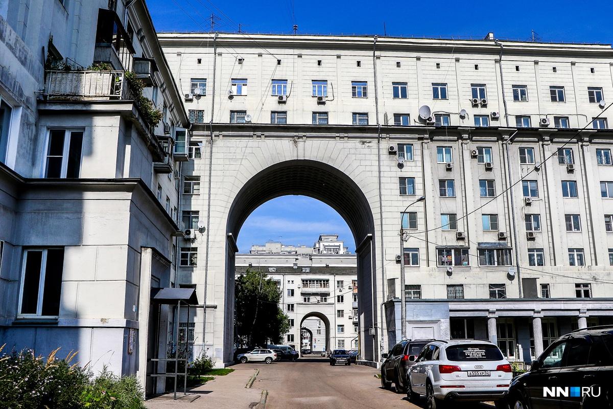В Сером бусыгинском доме 55 подъездов, 450 квартир