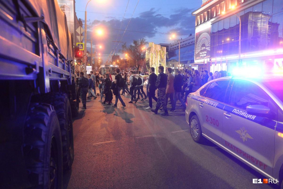 На проспекте Ленина встретились участники шествия и военные, репетирующие парад