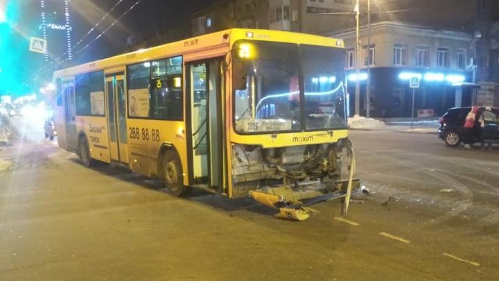 На перекрестке Малышева и Бажова автобус врезался в Mazda