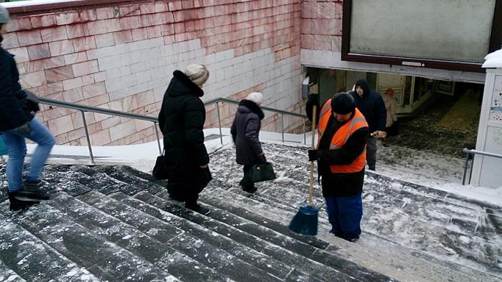 Омским дворникам и техничкам поднимут зарплаты до 11 тысяч рублей