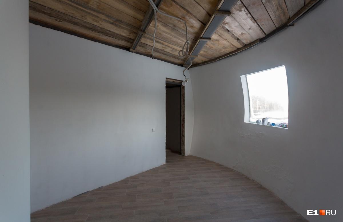Комната на первом этаже, а за ней дверь в гардеробную