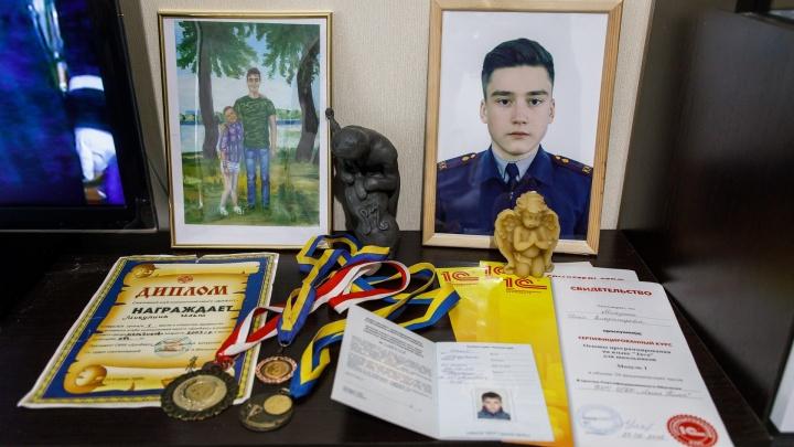 «Его могли зарезать»: родители убитого в школе Волгограда мальчика продолжают искать правду