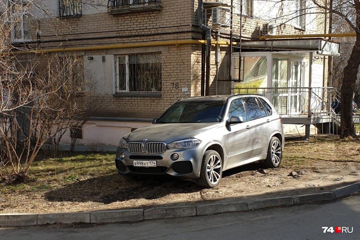 Свердловский проспект, 78. Автор снимка написал: «Частенько так паркуется»