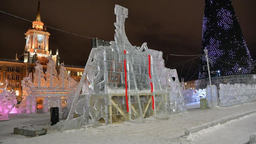 Екатеринбуржец — о ледовом городке:«Эти высоченные стенки должны упасть от любых неожиданностей»