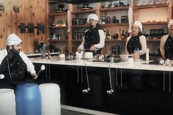 Музыканты сыграли на кухонной утвари
