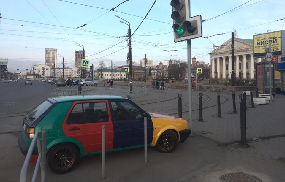 Этот пёстрый Volkswagen стоит у начала пешеходной части улицы Кирова. Как считаете, нарушает?