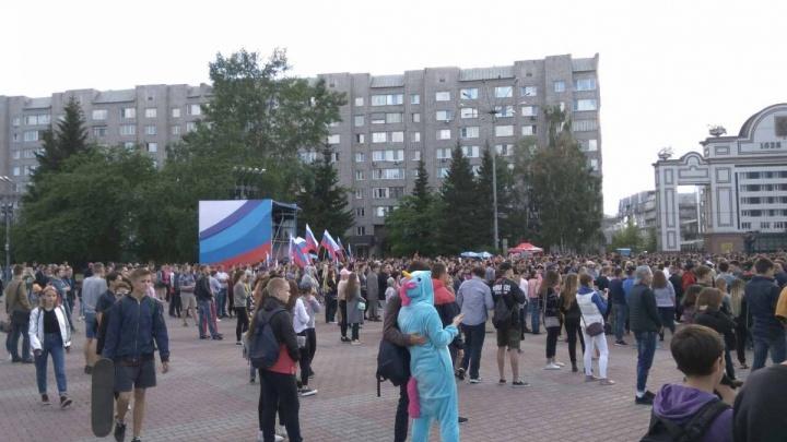 Тысячи горожан набились на площадь у БКЗ послушать дорогого певца