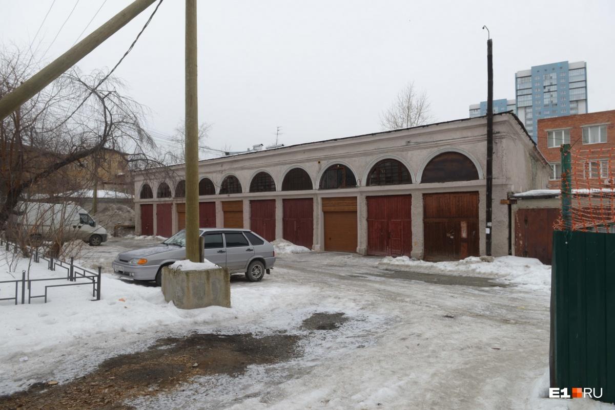 Во дворе есть еще комплекс старинных гаражей. Тот, что находится ближе к новому дому, в идеале должен выглядеть так же