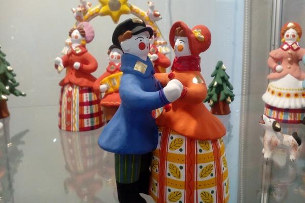 Дымковская игрушка. Кто не знаком с детства с этими барынями и чубатыми молодцами?